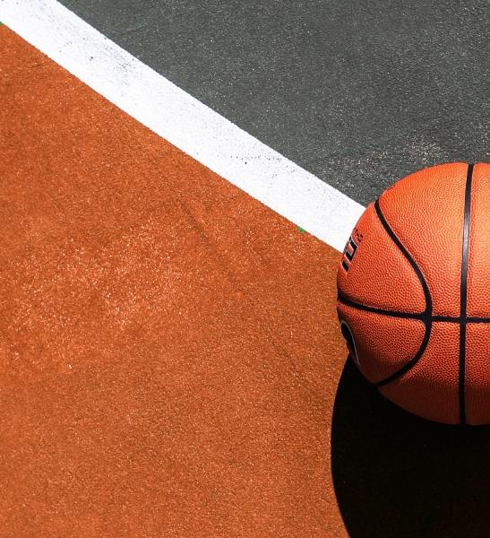Un ballon sur un terrain de basket