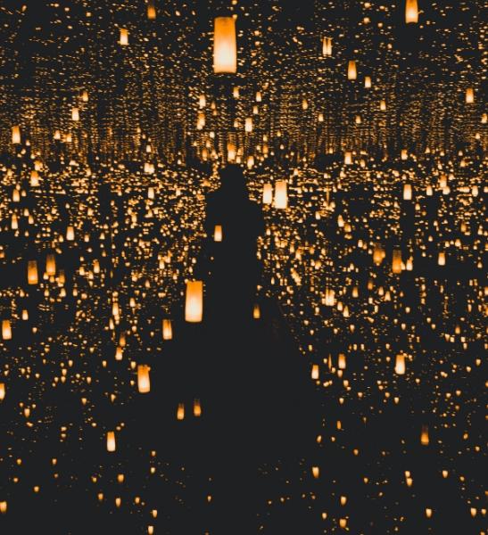 Salle sombre eclairée d'une multitude de petites lampes. Représentation des présentation de formation
