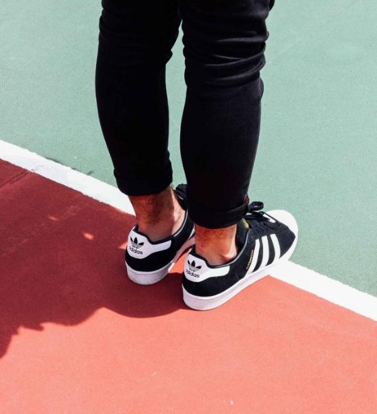 Chaussures sur un terrain de basketball