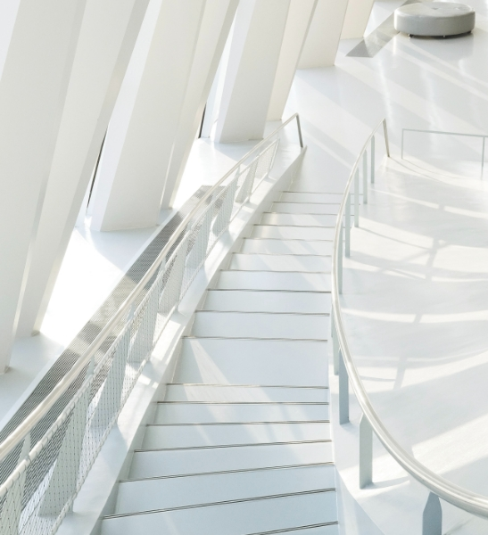 Un escalier minimaliste. Le conseil RH en entreprise